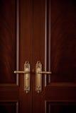 Ручки двери на закрытой винтажной двери взгляда Стоковое фото RF