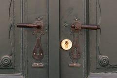 2 ручки двери металла старых на зеленых деревянных дверях Стоковые Фотографии RF
