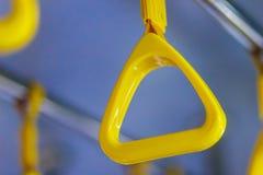 Ручки желтого цвета на рельсах потолка для стоящего пассажира Ручка o Стоковые Изображения