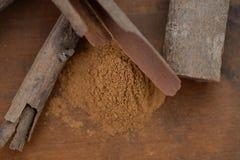 Ручки и еда циннамона близкие вверх на деревянном столе Стоковые Фото