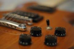Ручки и кнопки - съемка крупного плана гитары идола WI-64 Washburn электрической с мостом настройки-o-matic стоковые изображения