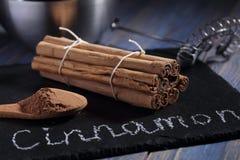 Ручки и порошок циннамона Цейлона Стоковые Изображения