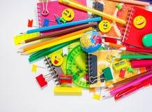 Ручки, карандаши, ластики, с smileys и комплектом тетрадей Стоковые Изображения RF