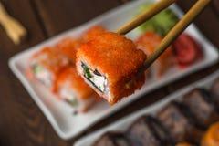 ручки комплекта и бамбука Суши-крена с креном, селективный фокус, японские морепродукты Стоковая Фотография RF