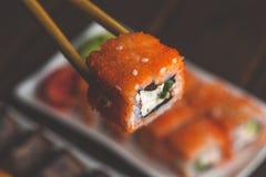 ручки комплекта и бамбука Суши-крена с креном, селективным фокусом, японскими морепродуктами Стоковое Изображение