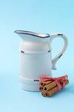 Ручки молока и циннамона Стоковое Изображение RF