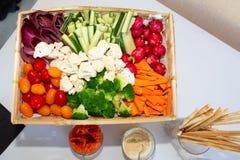 Ручки овоща и погружение соуса в диске закуски стоковое изображение rf