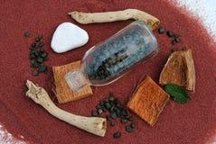 ручки песка камушков бутылки красные Стоковые Фотографии RF
