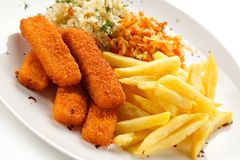 Ручки рыб с фраями француза и vegetable салатом стоковые изображения