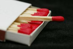 ручки спички красные наклонили деревянное стоковое изображение rf