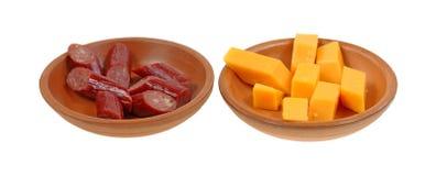 Ручки сыра говядины отрезали керамические тарелки Стоковое Изображение RF