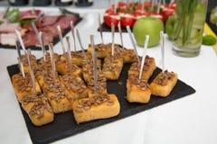 Ручки сыра Закуски таблица еды рыб сыра шведского стола быстрая питание ресторана Новый Год рождества Стоковые Изображения RF