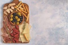 Ручки хлеба сыра ветчины оливок сосиски Стоковые Изображения