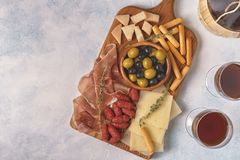 Ручки хлеба сыра ветчины оливок сосиски Стоковые Фотографии RF