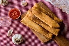 Ручки хлеба чеснока с томатным соусом и сыр пармесаном Стоковое Изображение