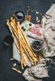 Ручки хлеба Grissini итальянки, сушат вылеченную сосиску свинины, красное вино Стоковые Фото