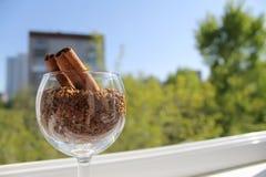 Ручки циннамона в бокале с раздробленным кофе Стоковое Изображение