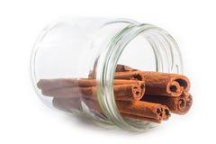 Ручки циннамона в опарнике на белой предпосылке стоковые изображения rf