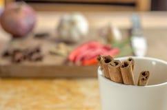 Ручки циннамона в чашке Стоковые Фотографии RF