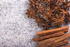 Ручки циннамона и звезды анисовки стоковое фото rf