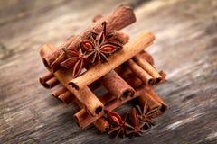 Ручки циннамона и anice на деревянном столе Выбранный фокус стоковое фото