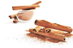 Ручки циннамона и поднимающее вверх еды близкое Стоковые Изображения