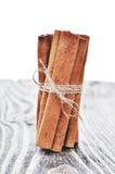 Ручки циннамона и поднимающее вверх еды близкое Стоковые Изображения RF