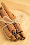 Ручки циннамона на деревянной предпосылке стоковые изображения