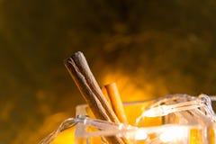 Ручки циннамона на желтой предпосылке Стоковые Фото