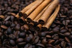 Ручки циннамона на кофейных зернах Стоковые Фотографии RF