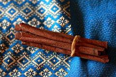 Ручки циннамона на предпосылке сини и золота Стоковые Изображения