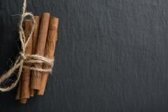 Ручки циннамона на темной предпосылке стоковые изображения rf