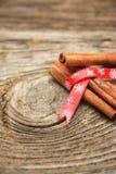 Ручки циннамона связанные вместе с лентой Стоковая Фотография RF