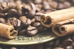 Ручки циннамона специя и кофейные зерна в золотой посуде стоковое изображение rf