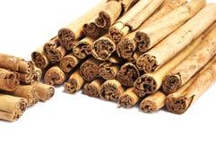Ручки циннамона Цейлон изолированный на белизне стоковое изображение rf