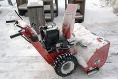 Ручная машина снегоочистителя или чистки снега в горных вершинах Швейцарии в саде гостиницы стоковое изображение