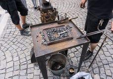Ручная наковальня Хаммеров инструменты кузнеца совсем в кузнице готовой для ковать стоковое фото rf