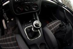 Ручная передача автомобиля VW GTI стоковая фотография