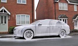 Ручная стирка автомобиля на улице с белым тензидом пены стоковые изображения