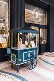 Ручная тележка на тротуаре, Париж поставщика мороженого винтажная деревянная, Стоковая Фотография RF