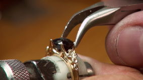 Ручная установка драгоценных камней в ювелирных изделиях сток-видео