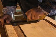 Ручное восстановление старой деревянной двери шкафа Стоковое Изображение RF