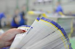 Ручное управление и отсчет пакетов напечатанного материала стоковая фотография rf