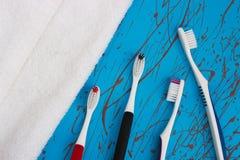 Ручной комплект зубной щетки изолированный на голубой предпосылке Стоковое фото RF