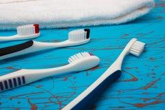 Ручной комплект зубной щетки изолированный на голубой предпосылке Стоковая Фотография