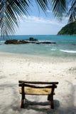 Ручной работы деревянное место на дезертированном белом песочном тропическом пляже a стоковое фото rf