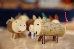 Ручной работы деревянные игрушки свиньи Стоковое Изображение