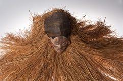 Ручной работы деревянная африканская маска при веревочки имитируя волосы людск Стоковые Изображения