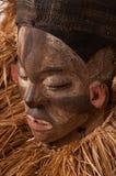 Ручной работы деревянная африканская маска при веревочки имитируя волосы людск Стоковые Изображения RF