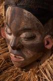 Ручной работы деревянная африканская маска при веревочки имитируя волосы людск Стоковое Изображение RF